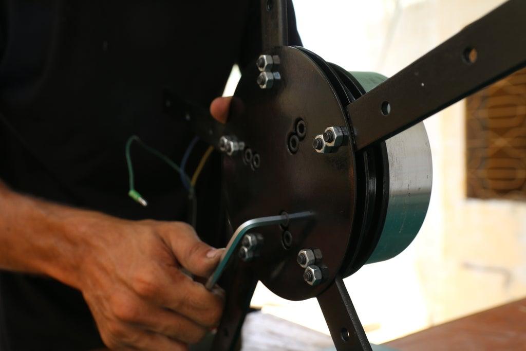 Прикручиваем держатель лопастей к двигателю