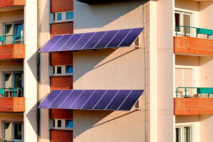 Солнечные панели на стене многоэтажки